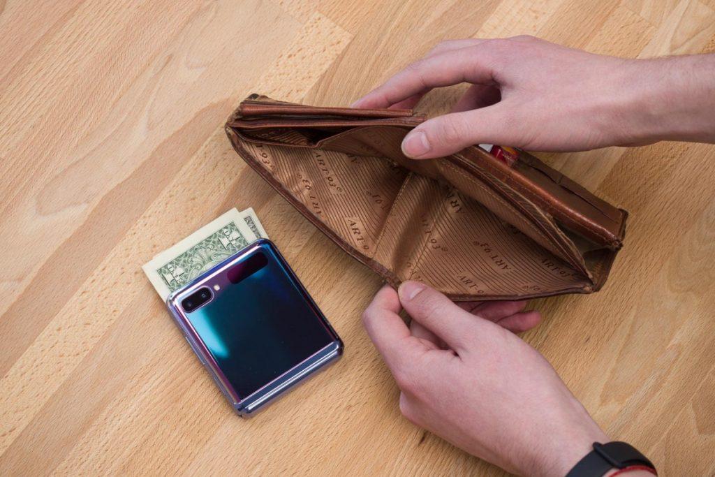 قرار دادن Galaxy Z Filp  در کیف پول